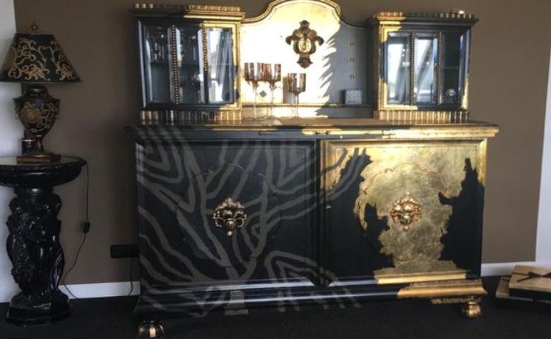 Vitrine upgecycelt in Gold und Schwarz