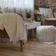 Ruheplatz mit Decke in sanften Naturtönen